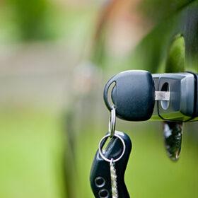 ключи в дверях авто