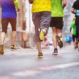 люди біжать по дорозі