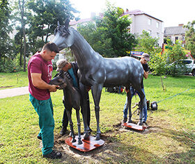 У Славуті встановили ще дві скульптури коней