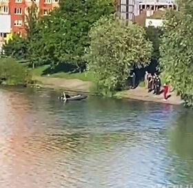 в озері шукають дитину, яка втопилася
