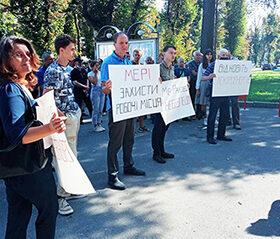 протест під міською радою проти підприємця