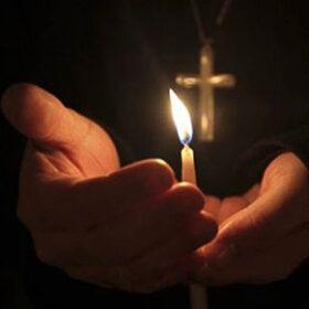 свічка в руках священника
