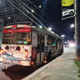тролейбус на вечірній вулиці Хмельницького
