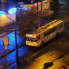 тролейбус стоїть на зупинці