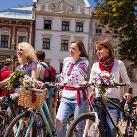 дівчата з велосипедами та у вишиванках