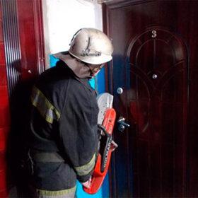 рятувальник відкриває двері