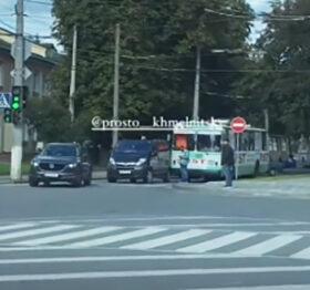 місце ДТП на вулиці Свободи автомобілі об'їжджають по тротуару