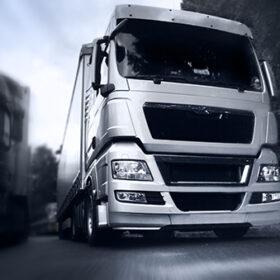 Вантажівка на швидкості на дорозі