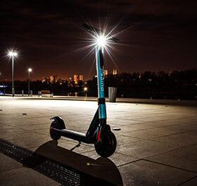 самокат вночі на дорозі