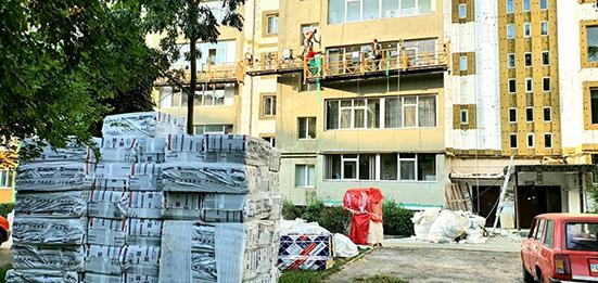 У Хмельницькому утеплюють та розфарбовують багатоквартирний будинок