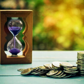 монети пісочний годинник